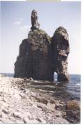 Кекур «Церковь» (к югу от мыса Бринера и Рудной Пристани). Сложен гранодиоритами, Бринеровский гранитный массив. Фото Валуй Г.А.