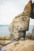 Каменные «ворота». Сложены гранитом с включениями гранодиорита. Мыс Стенина, п-ов Гамова, бухта Троица. Фото Валуй Г.А.