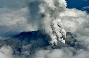 Извержение вулкана Онтакэ в Японии. Фото: Reuters