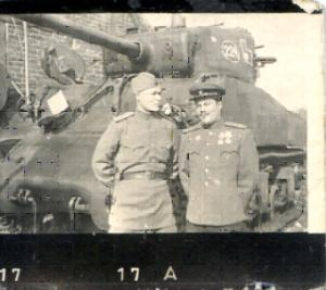 Командир танка «Шерман», капитан    Михаил Васильевич  Заяшников (слева).