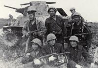 Советские десантники на фоне подбитого японского танка