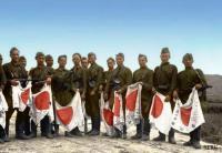 Советские солдаты с флагами поверженной Японии