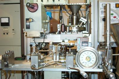 Высоковакуумная установка для лазерной экстракции кислорода из силикатов и окислов методом фторирования