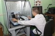 Работу на приборе выполняет инженер Руслан Алексей Валерьевич
