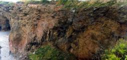 Строение жерловины андезитового вулкана, вскрытого в береговых обрывах // фото - Попов В.К.