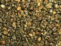 Фото 2. Общий вид песка под бинокуляром. В центре (1) фото шарик стекла размером около 2 мм. Стрелка (2) металлический шарик.